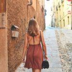 femme de dos marche dans une rue
